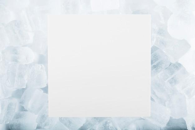 Foglio di carta su cubetti di ghiaccio Foto Premium