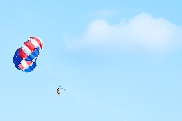 Parasailing nel cielo limpido al giorno d'estate Foto Premium