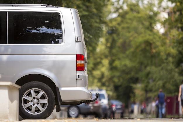 Furgone d'argento parcheggiato sulla strada Foto Premium