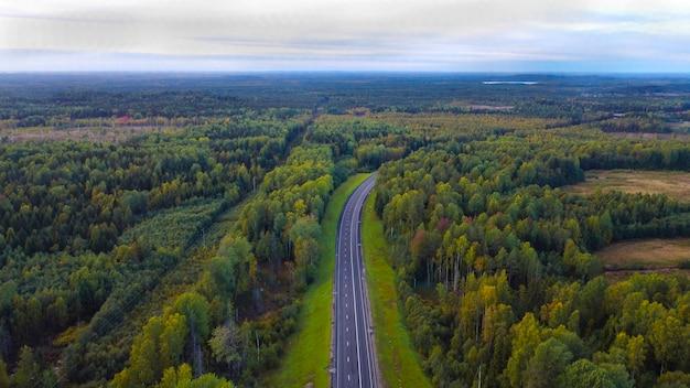 Parte dell'autostrada a settembre. lungo il bosco misto. con vista sul cielo. vista dall'alto Foto Premium