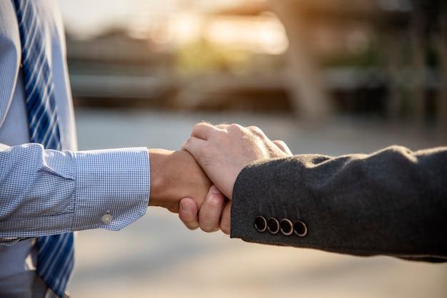 Partnership business trust lavoro di squadra partnership. appaltatore del settore pugno bump che si occupa di missione aziendale. Foto Premium