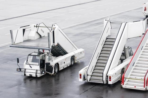 Scale passeggeri per l'imbarco di passeggeri in aereo. Foto Premium