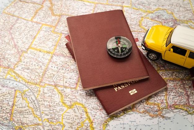 Passaporti sulla mappa turistica Foto Premium
