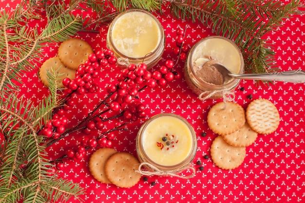 Patè con burro e cracker su sfondo rosso tessile Foto Premium