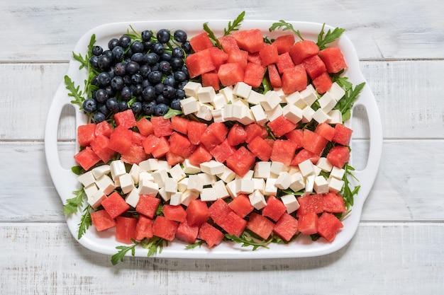 Patriottica insalata bandiera americana con mirtilli, anguria e feta Foto Premium