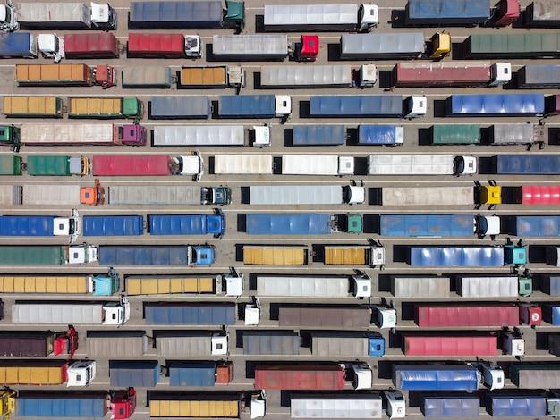 Un modello di molti camion smontati da un'altezza t Foto Premium