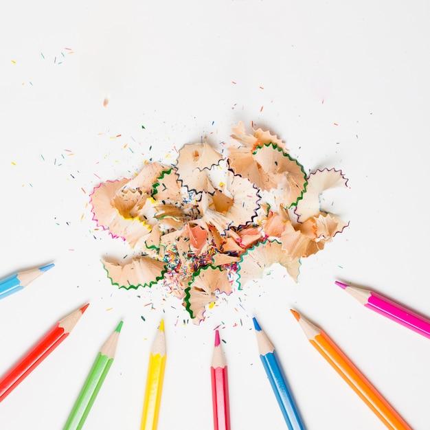 Trucioli della matita sulla disposizione piana del fondo bianco Foto Premium