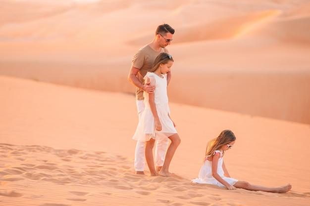Persone tra le dune nel deserto degli emirati arabi uniti Foto Premium
