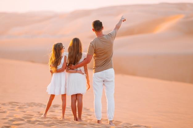 Persone tra le dune nel deserto di rub al-khali negli emirati arabi uniti Foto Premium