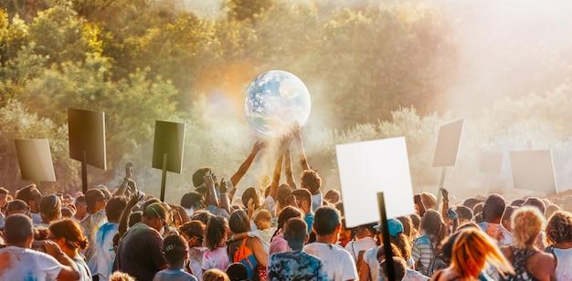 Le persone si riuniscono per protestare contro i cambiamenti climatici Foto Premium
