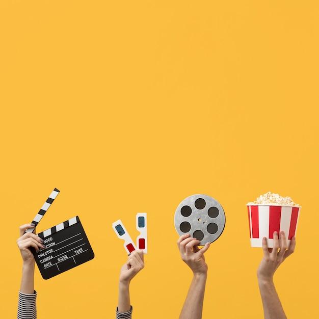 Persone in possesso di elementi del film con spazio di copia Foto Premium