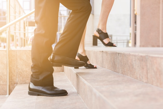 La gente che fa un passo sulle scale chiude la vista Foto Premium