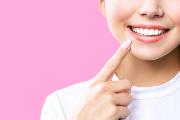 Sorriso perfetto denti sani di una giovane donna. sbiancamento dei denti. paziente clinica odontoiatrica. l'immagine simboleggia l'odontoiatria, la stomatologia. Foto Premium