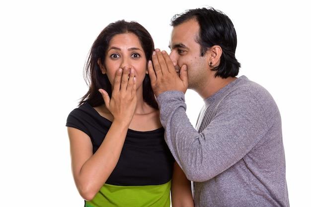 Coppia persiana con uomo che bisbiglia alla donna Foto Premium