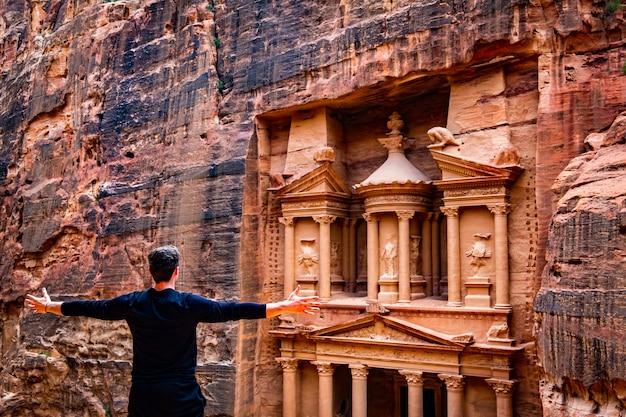 Persona di fronte al tempio, petra, giordania Foto Premium