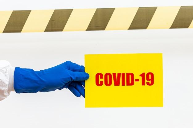 Persona con cartello covid-19 Foto Premium