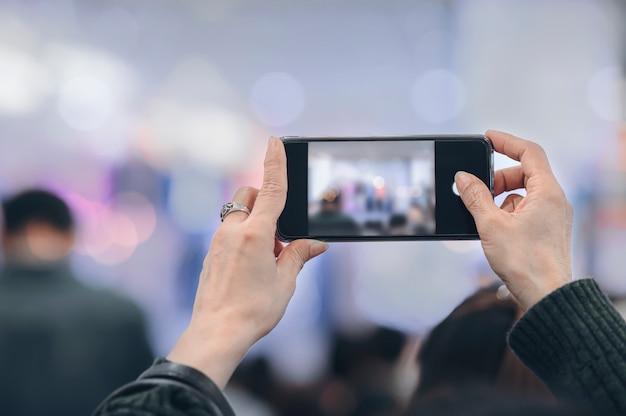Persona che prende foto con lo smartphone. Foto Premium