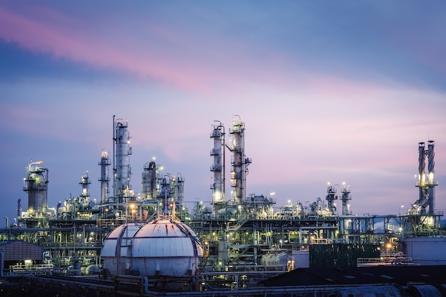 Impianto petrolchimico con cielo al tramonto Foto Premium