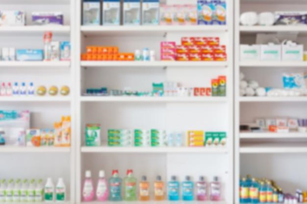 Backbround astratto della sfuocatura della farmacia della farmacia con la medicina e il prodotto sanitario sugli scaffali Foto Premium