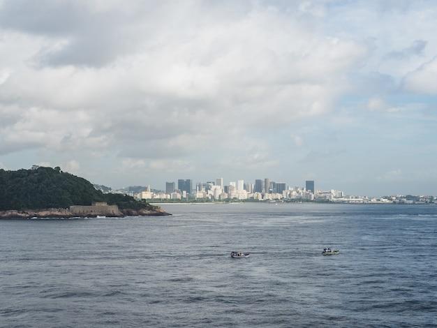 Foto della bellissima e magica città di rio de janeiro e dei suoi luoghi famosi. Foto Premium