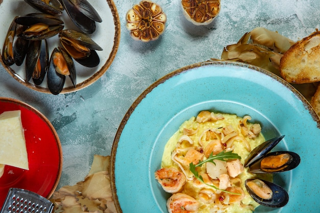 Foto di delizioso risotto con zafferano e frutti di mare sul tavolo. Foto Premium