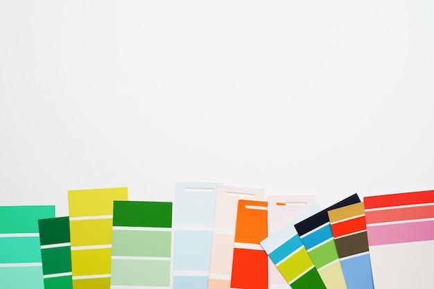 Foto della tavolozza multicolore su sfondo bianco vuoto Foto Premium