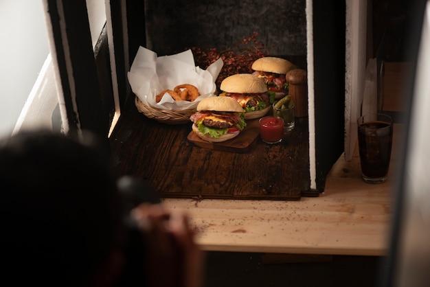 Studio fotografico con apparecchiature di illuminazione professionale durante le riprese di cibo Foto Premium