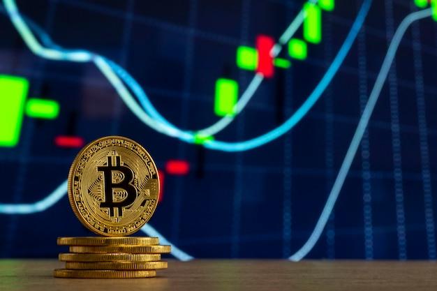 Due oro bitcoin monete, uno in piedi e uno che stabilisce con uno sfondo nero Foto stock - Alamy