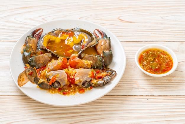 Uova di granchio sottaceto con salsa piccante di frutti di mare Foto Premium