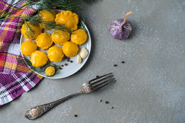 Mini zucca in salamoia, fatta in casa su una pietra grigia Foto Premium