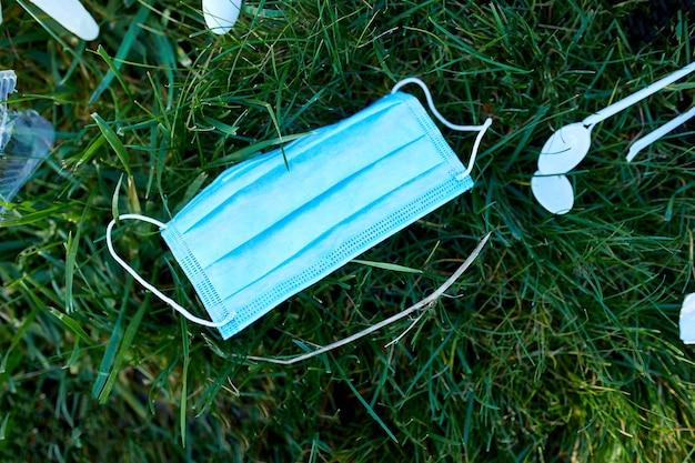 Piile di rifiuti sparsi su uno sfondo di erba verde Foto Premium