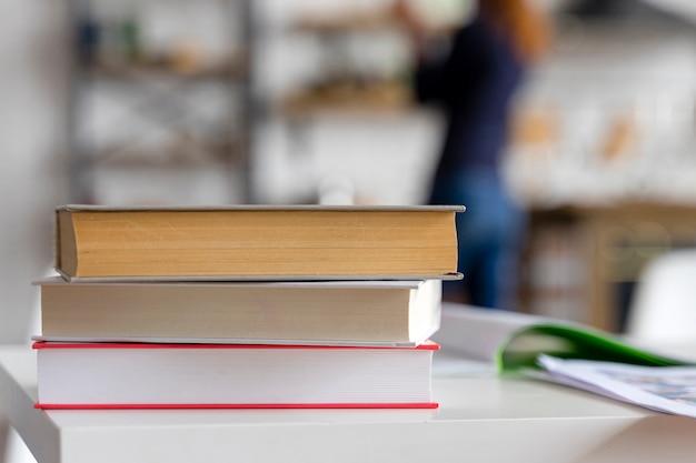 Pila di libri e sfondo sfocato Foto Premium
