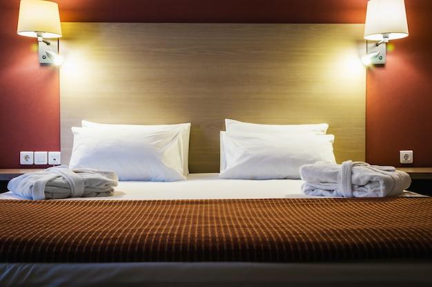 Cuscini su un grande letto king-size Foto Premium