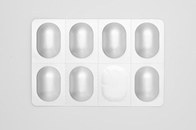 Pillole in blister di alluminio isolato su bianco. Foto Premium