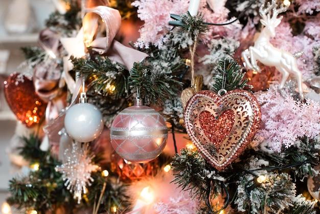 Decorazioni Natalizie 94.Decorazione Natalizia Rosa Cartolina Sull Albero Un Cuore Palline E Una Ghirlanda Foto Premium