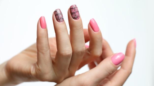 Manicure rosa per unghie Foto Premium