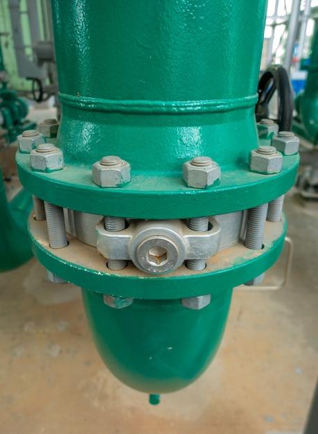Tubazione e valvola di approvvigionamento idrico o acqua di servizio nella zona industriale Foto Premium