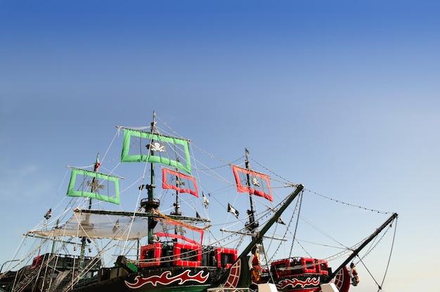 Le barche dei pirati hanno tagliato l'immagine con cielo blu più Foto Premium