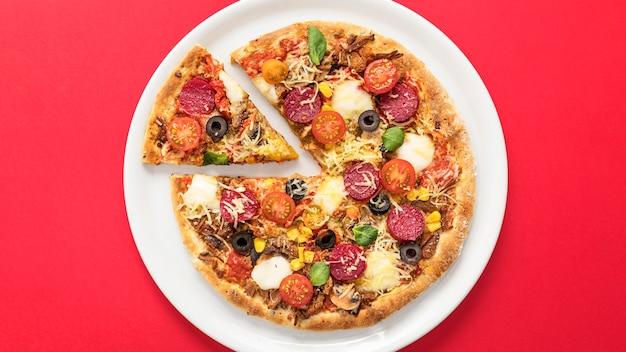 Pizza sul piatto a fette Foto Premium