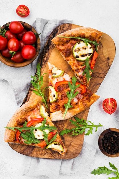 Fette di pizza su tavola di legno Foto Premium