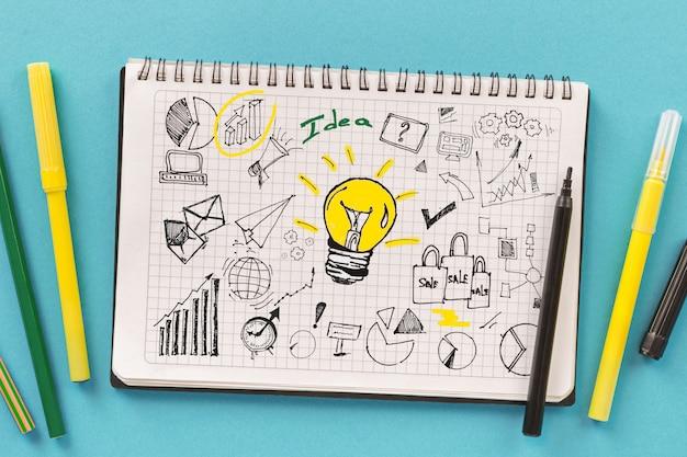 Pianificare lo sviluppo di nuove strategie commerciali o di avvio. notebook con disegni creativi Foto Premium