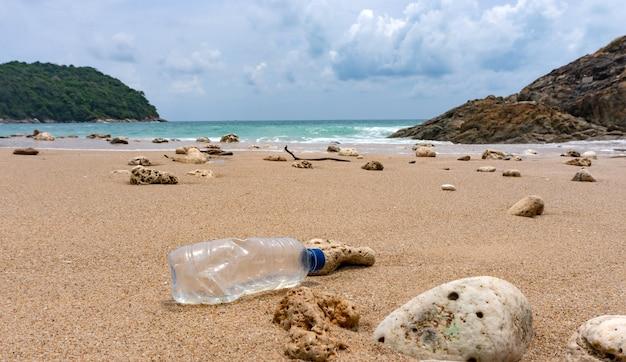I rifiuti delle bottiglie di plastica sono un inquinamento ambientale sulla spiaggia. Foto Premium