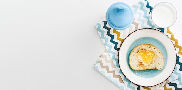 Piatto con uovo a forma di cuore per bambino con copia-spazio Foto Premium