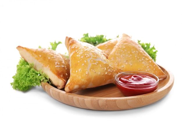 Piatto con gustoso samsa e salsa Foto Premium