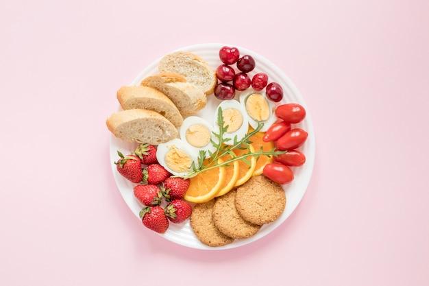 Piatto con frutta e verdura Foto Premium