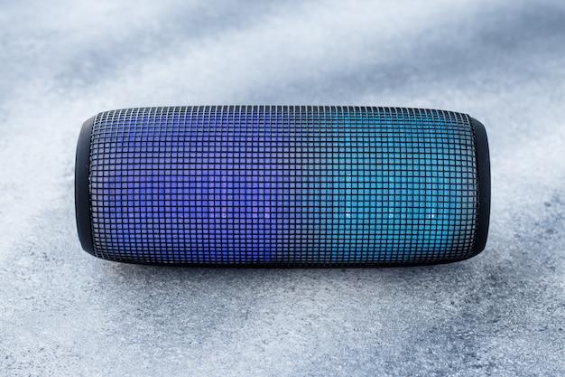 Una colonna di musica portatile su sfondo grigio grunge. sistema sonoro. Foto Premium