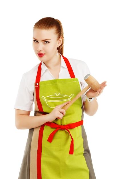 Ritratto di casalinga arrabbiata con un martello di carne nelle sue mani Foto Premium