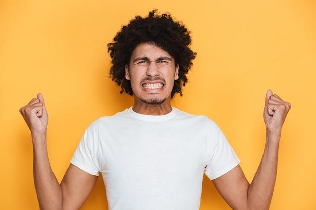 Ritratto di un ragazzo africano giovane arrabbiato che grida Foto Premium