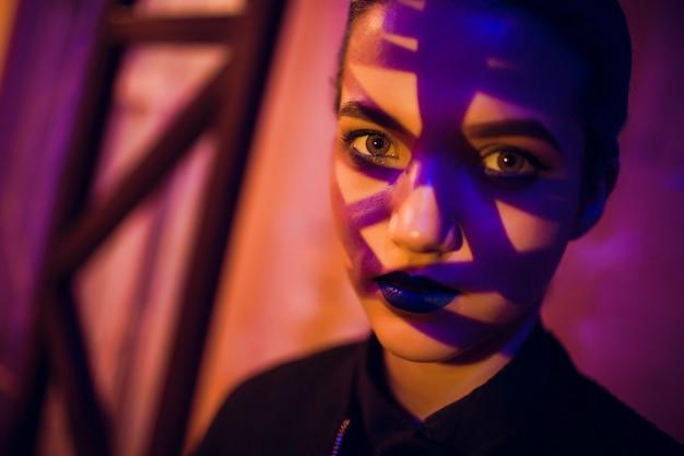 Bella ragazza del ritratto con capelli blu Foto Premium
