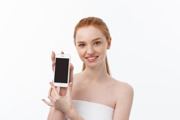 Ritratto di una bella ragazza con la conversazione telefonica Foto Premium
